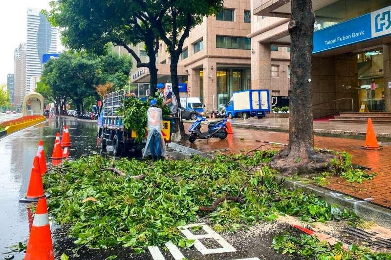 台中市府建設局針對這段期間市區豪大雨造成的災害進行各項搶修作業,合計55件。(圖/台中市政府提供)