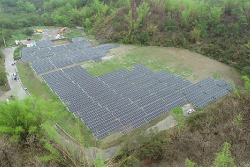 為加速推動高雄市綠電設置,市府成立跨局處的綠電推動專案小組,工務局報告統計至6月23日為止設置備案量約為68.5MW(百萬瓦),已超越半年目標65 MW。(圖/高雄市工務局提供)