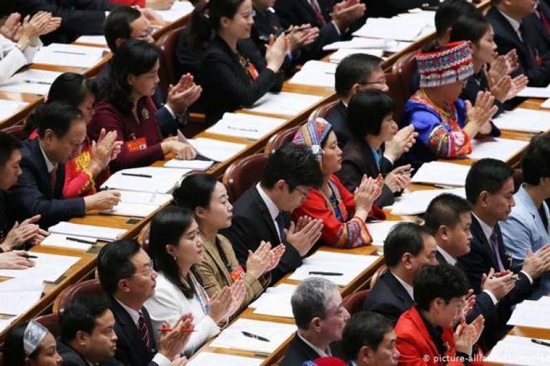 據中國官方數據,2018年,女黨員佔中共黨員總數的27.2%,黨的十九大代表中,女性佔比24.2%。(德國之聲)