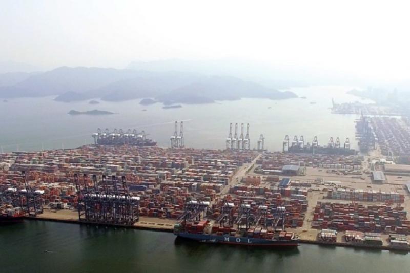 廣東省爆發的零星疫情引發的封鎖措施曾令經濟學家擔憂深圳鹽田港對貿易的持續影響。(鹽田港圖片來源:維基百科)