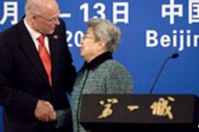 吳儀2007年12月和美國財政部長保爾森(Henry Paulson)出席中美第三屆戰略經濟談判記者會