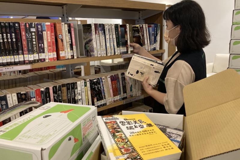 高市圖推出試辦「閱讀袋著走-防疫版」,6月26日起,讀者可於線上免費申請書箱宅配到府服務。(圖/高雄市立圖書館提供)