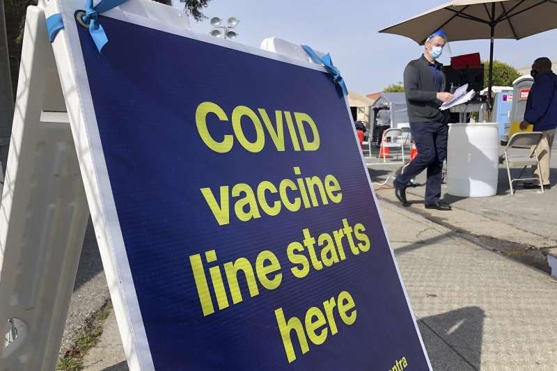 美國聯邦參議員致函國務卿布林肯,呼籲協助海外美國公民接種疫苗,圖為加州舊金山疫苗接種排隊處(AP)