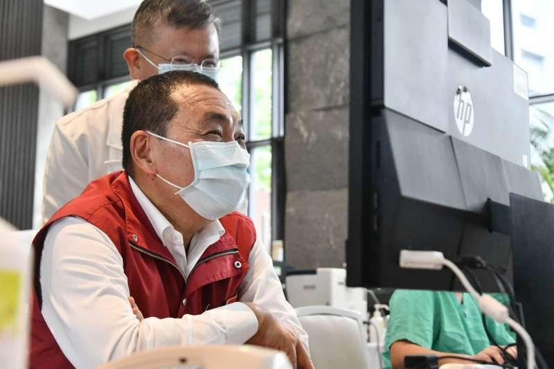 新北市長侯友宜表示,新北成立六家集中檢疫中心,提供1,308床可供快篩陽性、輕症及無症狀市民收治入住,服務超過2,400位市民。(圖/新北市新聞局提供)