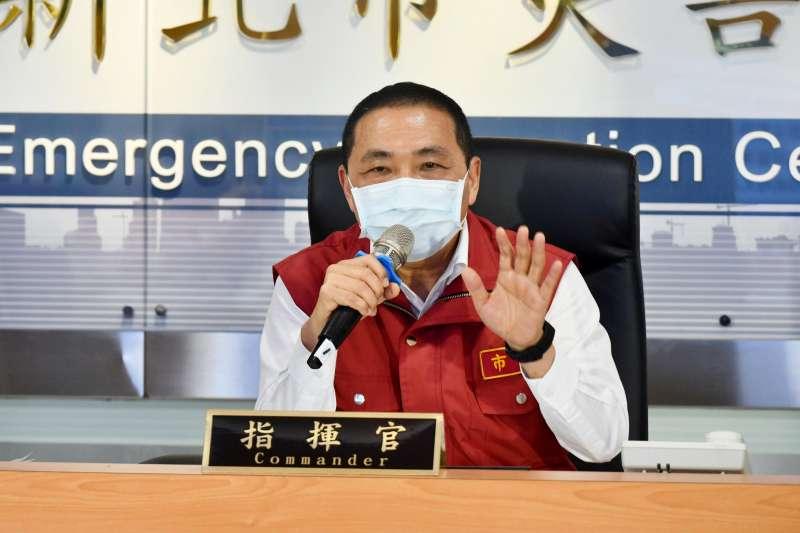 新北市長侯友宜25日針對新北市家禽運銷合作社群聚感染事件做出說明。(新北市政府提供)