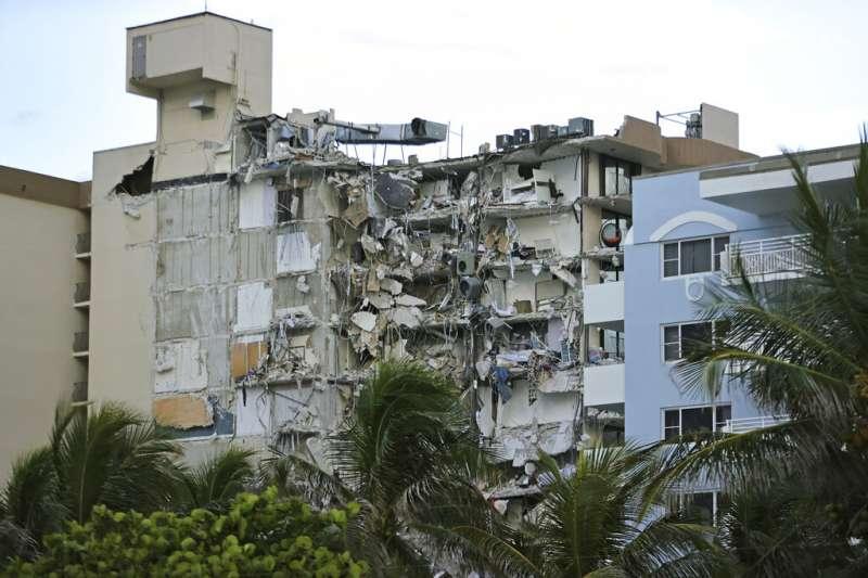 美國佛羅里達州邁阿密海灘附近一棟12層樓高的建築24日凌晨部分坍塌;官員通報,目前至少1人喪命、近100人生死未卜。(美聯社)