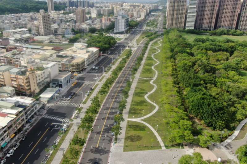 明誠四路至華安街之間與兩側翠華路、馬卡道路整體規劃為綠色園道,已於6月18日完工開放,景觀視野極為開闊宜人。(圖/高雄市工務局提供)
