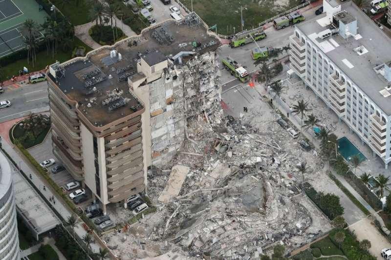美國佛州靠近邁阿密海灘的一棟高樓24日清晨部分坍塌,造成傷亡。(AP )