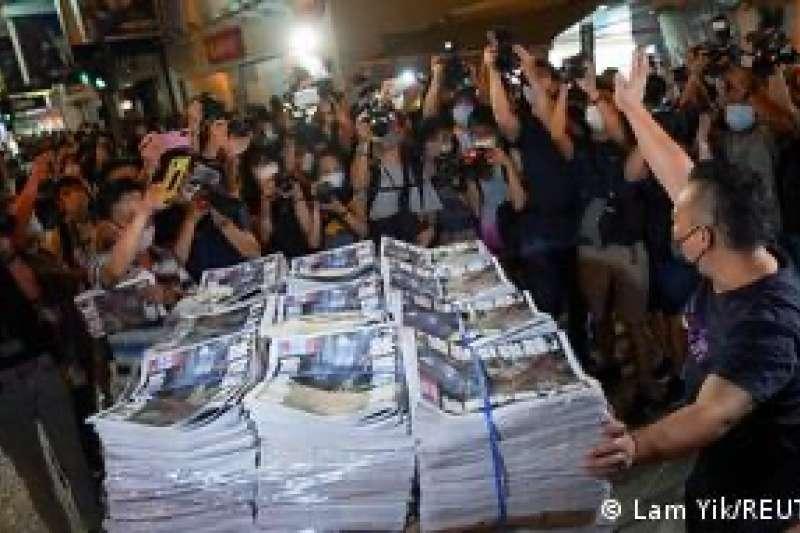 《蘋果日報》週四(6月24日)印刷了100萬份最後一期的報紙,數量約超過平時的10倍。