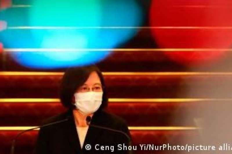 台灣總統24日在臉書表示,自由的台灣,會一直撐著香港的自由。