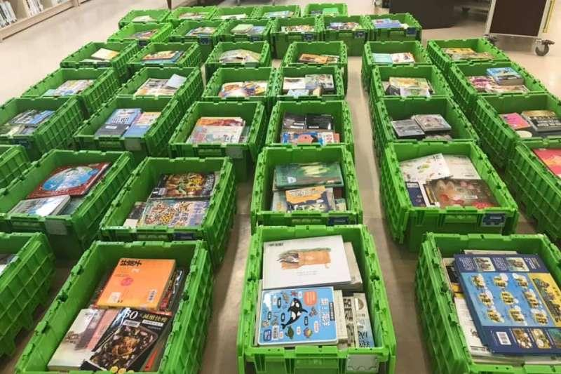 台中市各圖書館針對民眾歸還的書籍,會由紫外線除菌機消毒後重新上架。(圖/台中市政府提供)