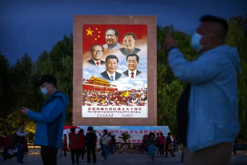中國共產黨今年迎來百年黨慶,連拉薩布達拉宮外都有繪製中共歷屆領導人的巨幅宣傳海報。(美聯社)