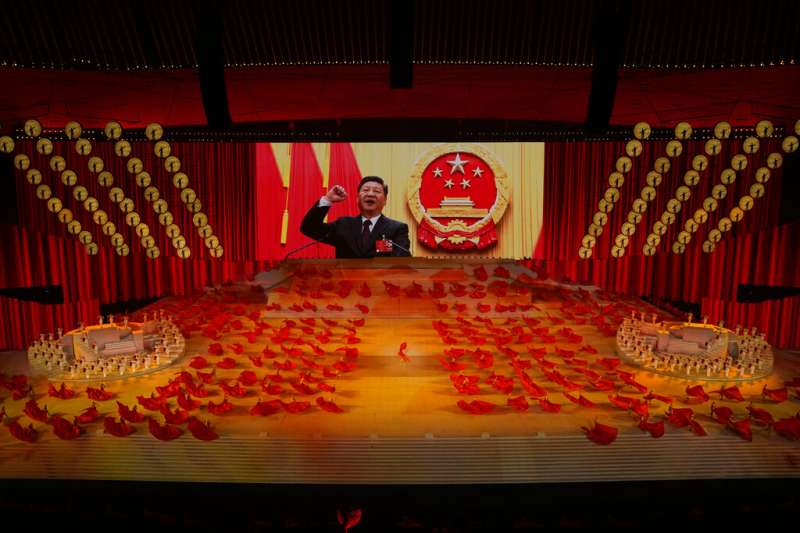 2021年6月28日,北京舉行慶祝中共成立100周年晚會。台上舞者背後的大螢幕正在播放習近平的影像。(美聯社)