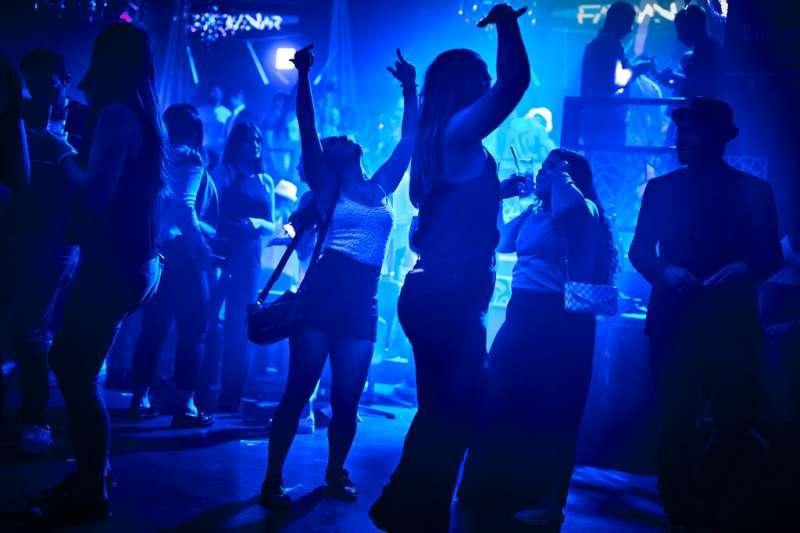 瑞士洛桑的著名夜店MAD Club在6月25日重新開放,大批年輕人湧入狂歡。(美聯社)