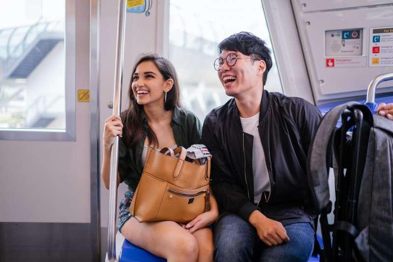 表達快樂、愉悅只會用happy?本文特別整理了10個常表達情緒用的英文俚語,下次遇到外國人可以更精準的敘述當下心情。(圖/取自Pexels)