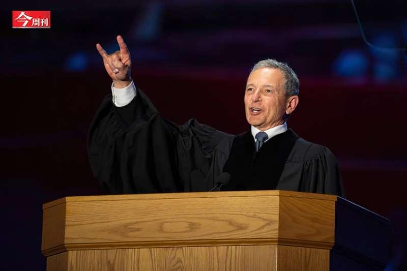 迪士尼董事長羅伯特.艾格對應屆畢業說,人生要盡一切所能去逐夢活在當下,要把夢做大,如果第一個夢想沒有成功,就換下一個!(圖/取自迪士尼官網)