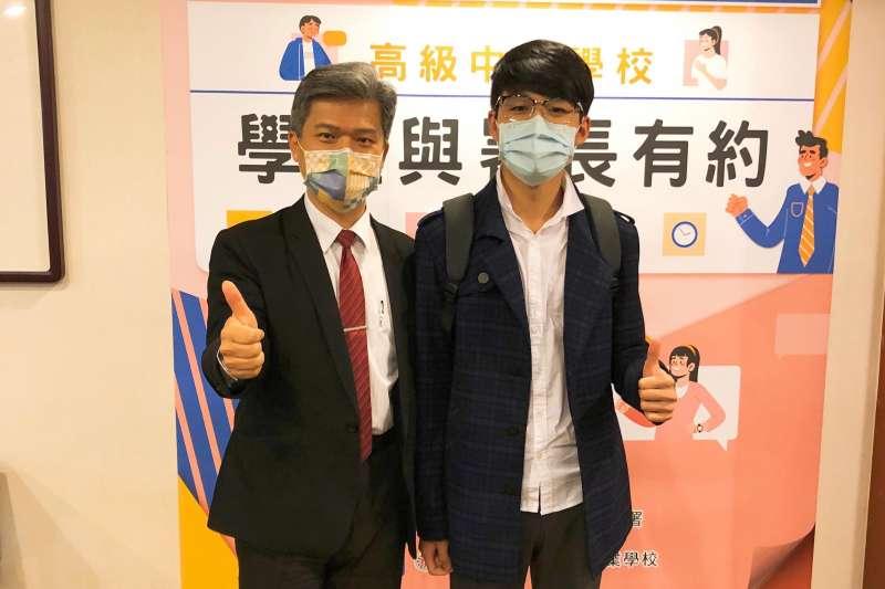 陳嘉緯(右)曾擔任學生代表參與教育部國教署舉辦之「與署長有約」活動,左為國教署署長彭富源。