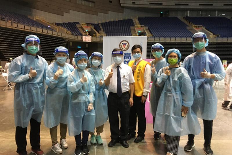 高醫附院副院長楊仁宏(中)帶領醫學生到巨蛋注射站實習。(圖/高雄醫學大學提供)