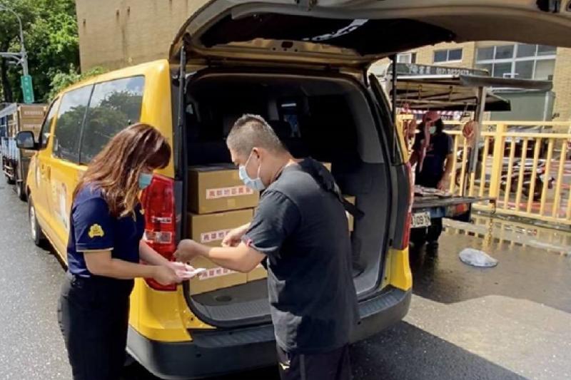 高市府農業局「替妳揀好好蔬果箱」,結合計程車業者推出20公里免運費方案,今日首發配送。(圖/高雄市農業局提供)