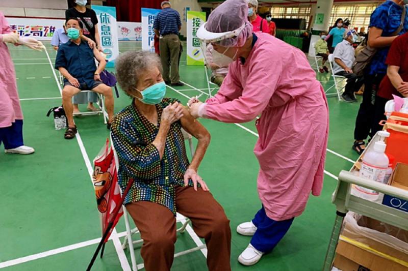 75歲以上長輩在7/1下午即可率先補打疫苗,72至74歲以上長輩,則接續於7/2起至7/4間開始接種莫德納疫苗。(圖/高雄市政府提供)