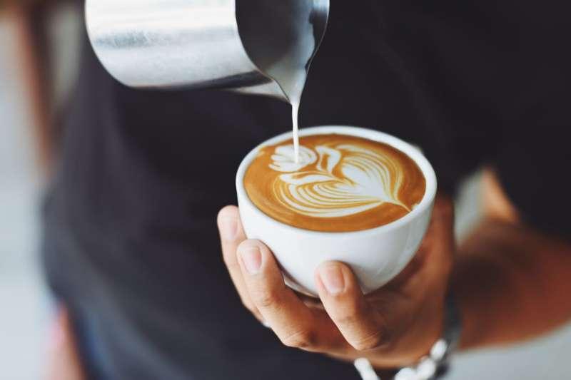 咖啡用奶分為鮮奶、咖啡用牛乳、奶精,使用不同的品項將會讓咖啡呈現不同的風味!(圖/取自Pexels)