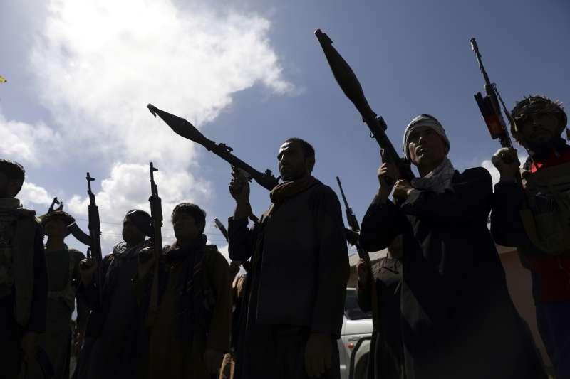 2021年6月,阿富汗政府召募民兵,對抗節節進逼的神學士(Taliban)(AP)