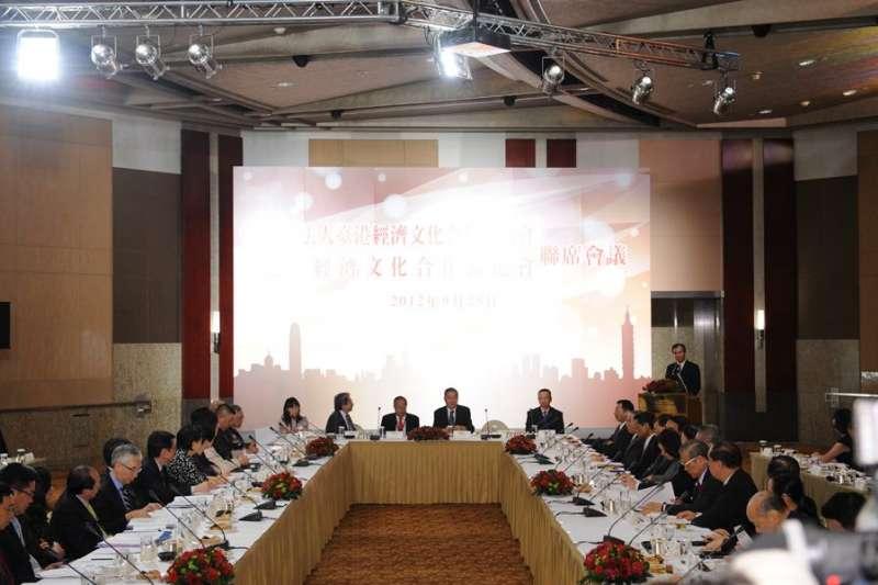 20210630-2010年,台港策進會與港台協進會在台灣舉行聯席會議,兩岸官員首次同台。圖為2012年9月25日「策進會」與「協進會」第三次聯席會議。(取自陸委會臉書)