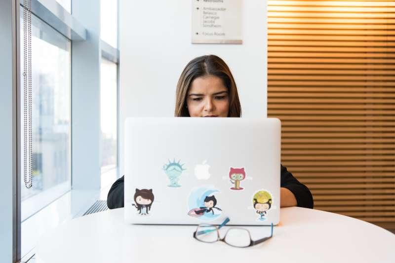 作者指出,品牌的商標或特殊簽名等,能夠成為吸引大眾的重要利器。(示意圖/Christina Morillo@Pexels)