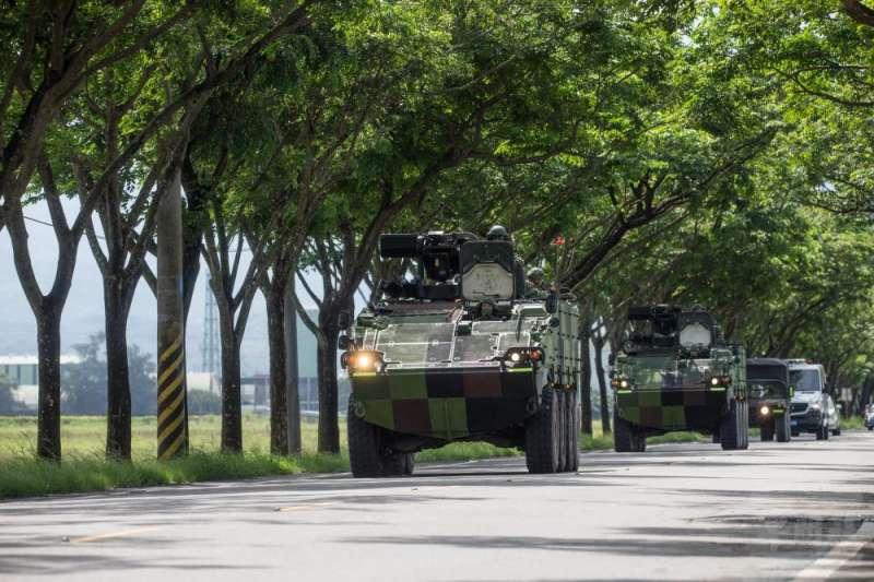 陸軍機步234旅日前執行戰備偵巡任務訓練,該旅所屬的CM33雲豹八輪甲車駛出營區,希望以仿真實戰景況,提升官兵臨戰反應。(取自軍聞社)