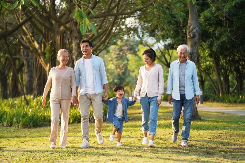 長者關懷與照顧是社會健康安定的重要指標。(圖/123rf)