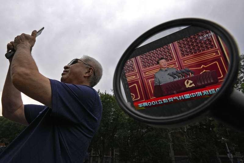 習近平正在大螢幕上發表創黨百年演說。(美聯社)