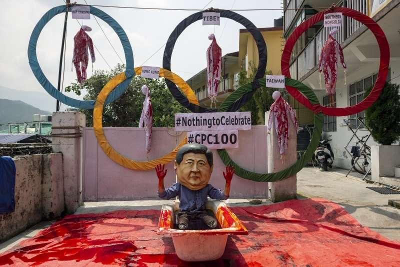 流亡藏人在中共百年黨慶當天演出行動劇,諷刺中共與習近平滿手血腥。(美聯社)