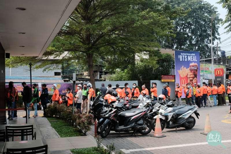 印尼麥當勞2021年6月9日BTS套餐首日上架,引來外送員取貨人龍,為此還緊急關閉32家分店。(圖/食力foodNEXT)