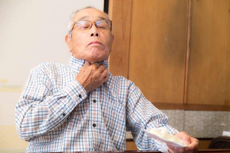 坊間流傳遇到魚刺卡喉嚨時應該大口吞飯、喝醋化解,李立昂提醒,若沒有用對方式,放任不適感而未即時就醫,可能產生嚴重併發症。(圖/取自pakutaso)