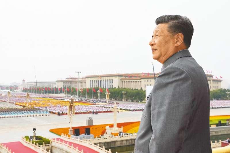 2021年7月1日中共建黨百年大典,中共總書記習近平穿上灰色的毛裝,登上天安門城樓。(資料照,新華網)