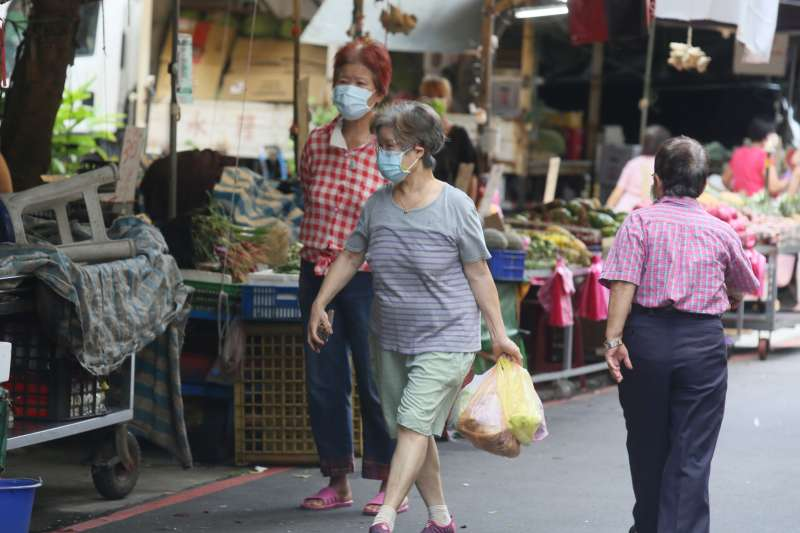 20210704-台北市政府4日在永吉國小啓動虎林專案快篩站,為周遭居民與附近市場相關人員進行篩檢,受到疫情影響,附近市場生意略顯冷清。(柯承惠攝)