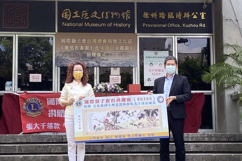 國際獅子會台灣總會議長陳麗鳳(圖左)積極投身公益活動,6月30日更代表全體獅友將張大千落款的國畫「河山永夀」、「寶島長春」,捐贈給文化部國立歷史博物館。(圖/國際獅子會提供)