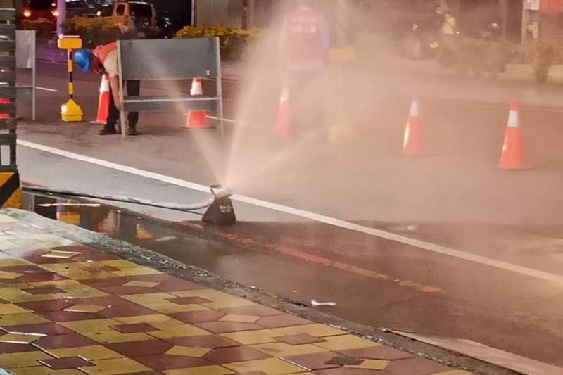台中市大雅區中清路、雅潭路口4日晚間發生天然氣漏洩,外洩瓦斯一度高達1萬PPM。(圖/台中市消防局提供)