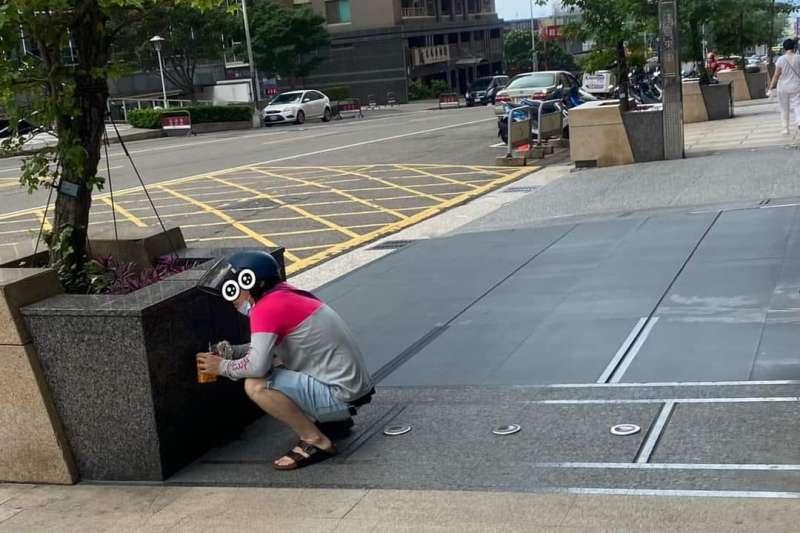 外送員躲在路邊用餐的模樣,讓眾人紛紛感到不捨。(圖/取自「台中人大小事」臉書)
