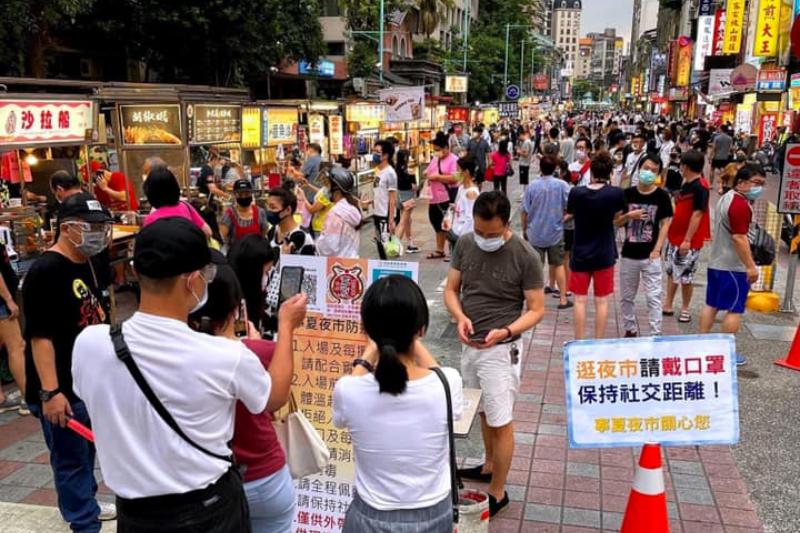 台灣本土疫情逐漸趨緩,沒想到環南市場卻爆發群聚,讓民眾對雙北地區的不滿也再次被挑起。(圖/網友提供)