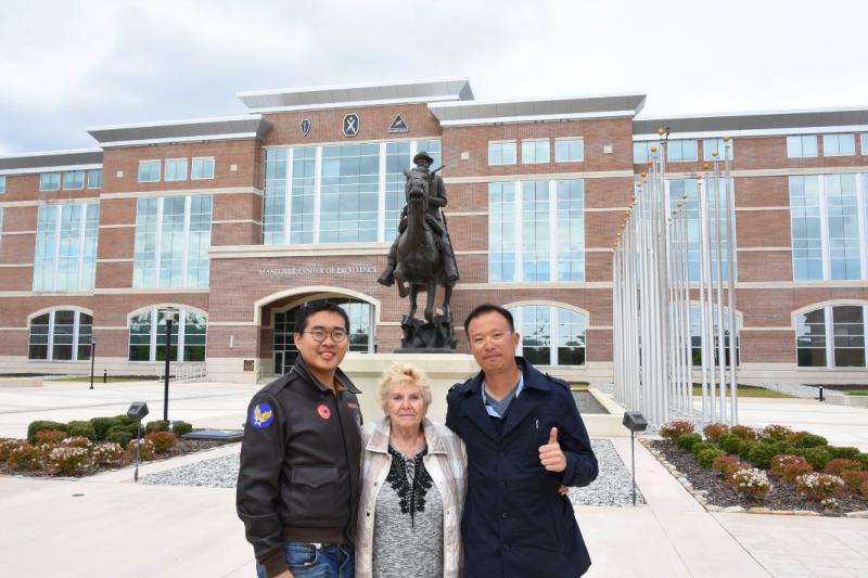 吳尚融、伊娃與筆者在「戰鬥兵培訓發展中心」前合影。(許劍虹攝)
