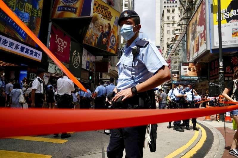 香港今年七一的遊行活動不再,一位香港警察在維多莉亞公園附近封街。(美聯社)