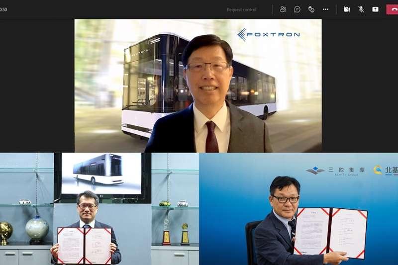 圖說:鴻華先進科技今(6日)宣布與三地集團簽署電動巴士合作MOU,圖上方為鴻華先進科技董事長劉揚偉、左下為總經理李秉彥;右下為三地集團鍾嘉村董事長。(圖/鴻華先進科技提供)