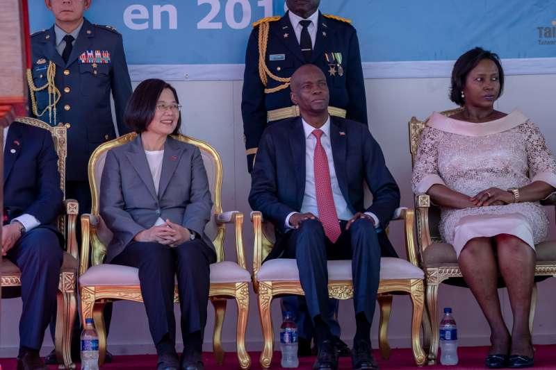 2019年7月,自由民主永續之旅,蔡英文總統訪問海地,與摩伊士總統進行會談,右為海地第一夫人瑪婷(總統府)