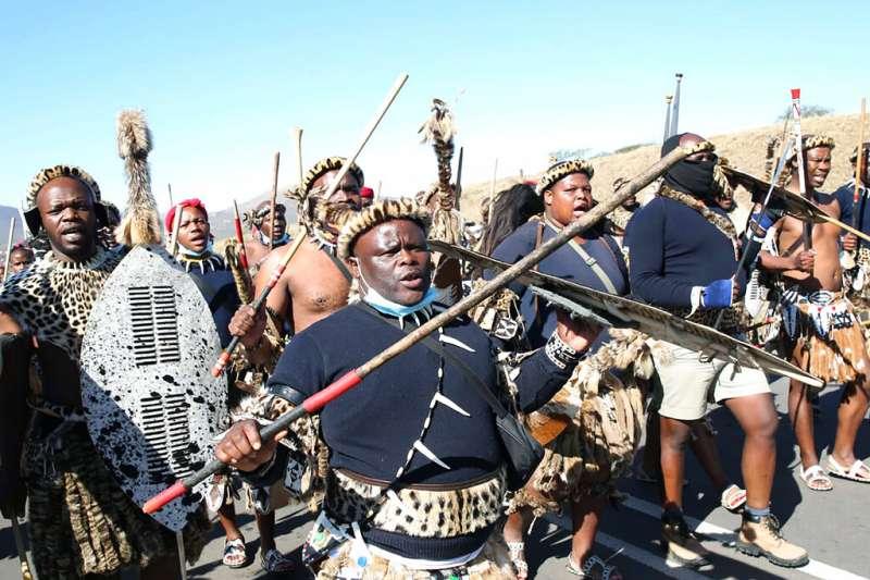 7月3日,南非前總統祖馬遭判藐視法庭罪入獄,他的支持者持武器包圍前總統宅邸捍衛。(AP)