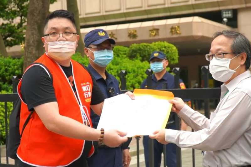 發動罷免連署的民團「刪Q總部」領銜人楊文元(左),8日從台中北上到中選會遞交陳情書。(刪Q總部提供)
