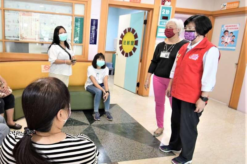 彰化縣長王惠美前往冠華醫院、順安醫院及彰化基督教醫院關心教育人員施打疫苗情形。(圖/彰化縣政府提供)