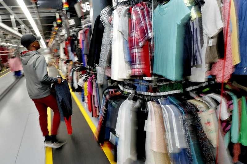 價格親民的二手衣成為時下新寵,大眾也開始將自家成堆的舊衣上網轉售獲利。(AP)