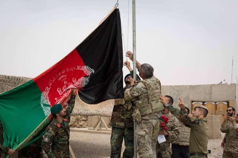 準備撤離的美國軍隊把基地交接給阿富汗軍隊,並升起阿富汗國旗(AP)