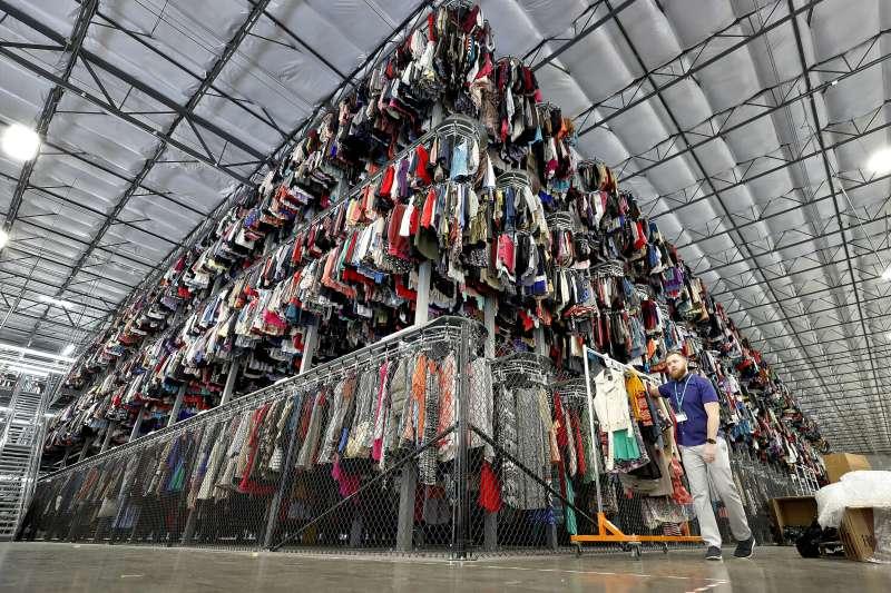 數千件二手衣服存放在ThredUp的三層傳送帶系統上。(取自AP)